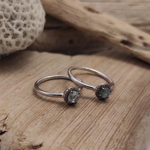 Anell de plata amb pedra natural envoltada de diamants. Anell d'estil atemporal i romàntic. El regal perfecte!