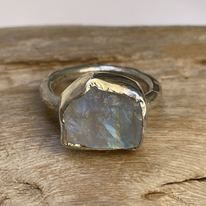 MOONSTONE ROCK RING Moonstone and silver ring. Irregular lines that enhance the beauty of the rough stone. Artisan jewel.