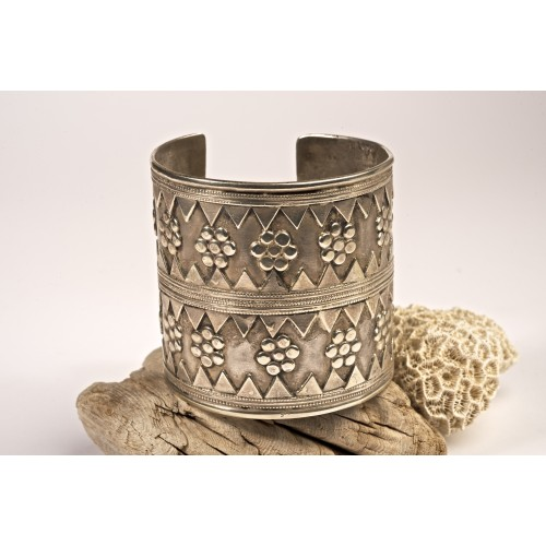 Brazalete plata antiguo relieve étnico